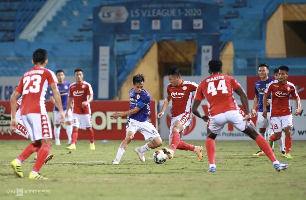TP HCM phòng ngự với số đông nhưng vẫn thua trận thứ tư liên tiếp khi đối đầu Hà Nội ở mùa giải 2020. Ảnh: Lâm Thoả