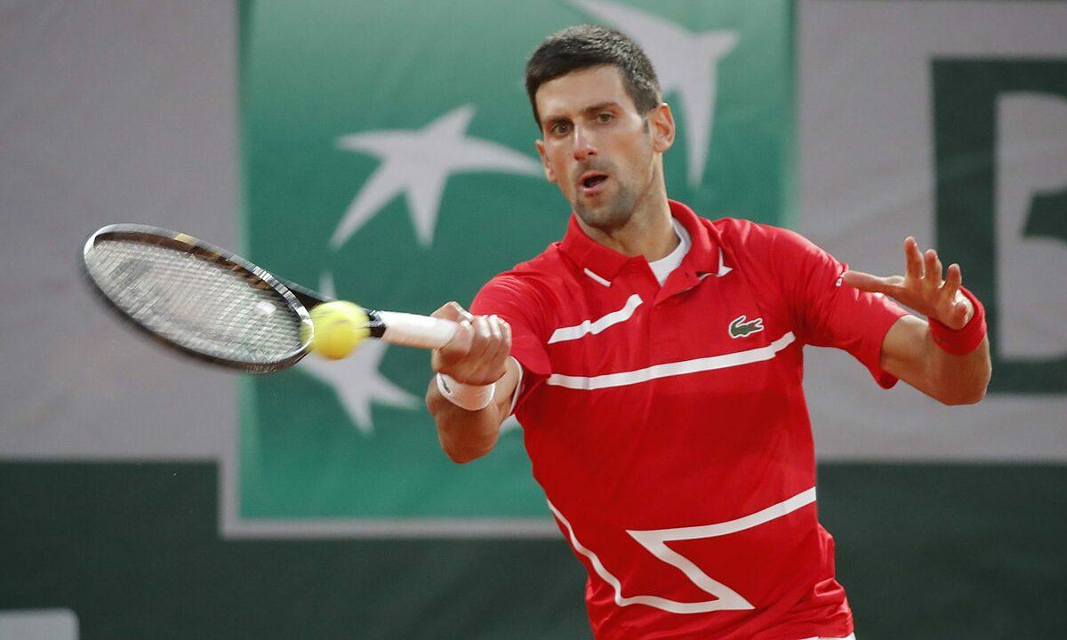 Djokovic trong trận thắng Tsitsipas ở bán kết Roland Garros 2020. Anh đứng trước cơ hội đoạt bộ sưu tập Grand Slam thứ hai. Ảnh: Reuters