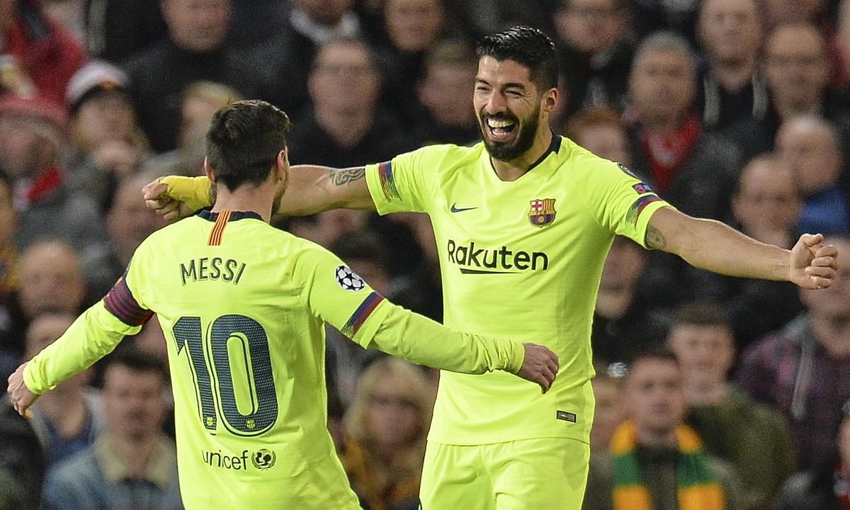 Suarez (phải) là bạn thân nhất của Messi ở Barca. Họ là hàng xóm ở Barcelona. Ảnh: REX