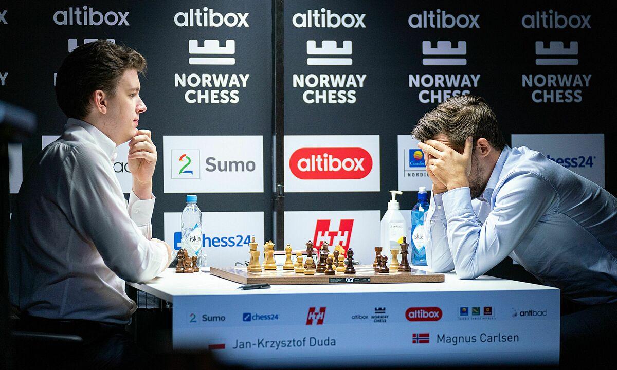 Lần đầu tiên kỳ thủ số một Ba Lan - Duda (trái) - đả bại Carlsen ở một ván cờ tiêu chuẩn.  Anh từng vô địch U10 thế giới năm 2008. Ảnh: Lennart Ootes/Norway Chess