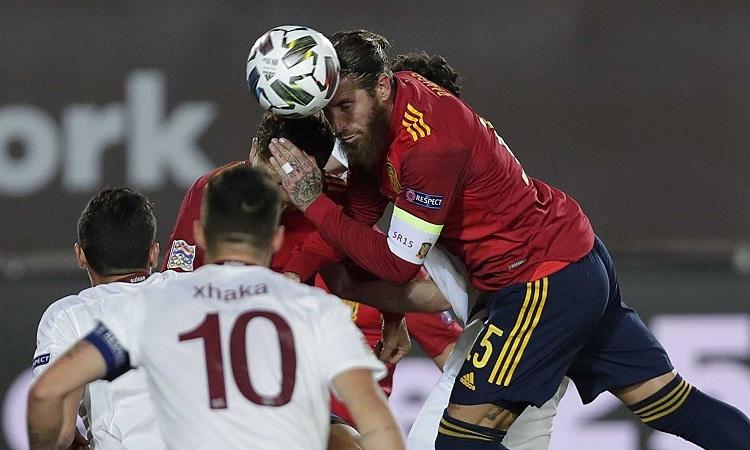 Ramos giúp Tây Ban Nha giữ sạch lưới trước sức ép từ Thụy Sỹ. Ảnh: AP.