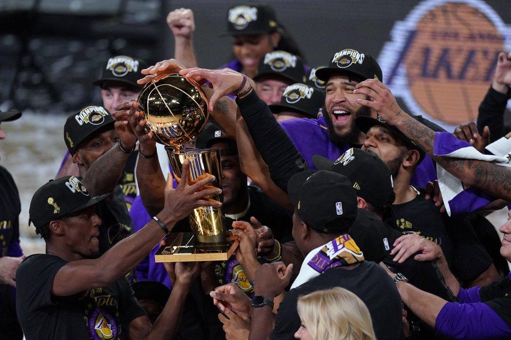 Cầu thủ Lakers mừng chức vô địch thứ 17 trong lịch sử CLB. Ảnh: AP.