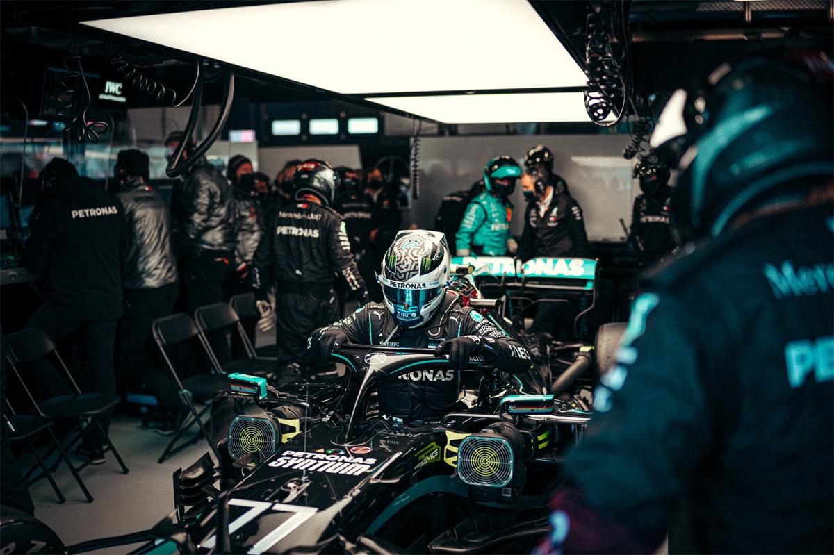 Sự cố khiến Bottas phải kéo xe về pit, bỏ giữa chừng cuộc đua. Ảnh: Mercedes F1 AMG