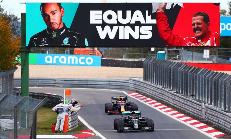 Ban tổ chức thông báo Hamilton bắt kịp kỷ lục của Schumacher khi chiếc Mercedes W11 của tay đua người Anh về nhất trên đường đua Nurburgring. Ảnh: Formula 1