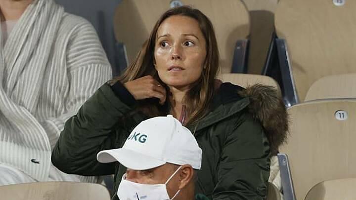 Jelena Djokovic có mặt trên khán đài sân Philippe Chatrier để cổ vũ cho chồng. Ảnh: AP.