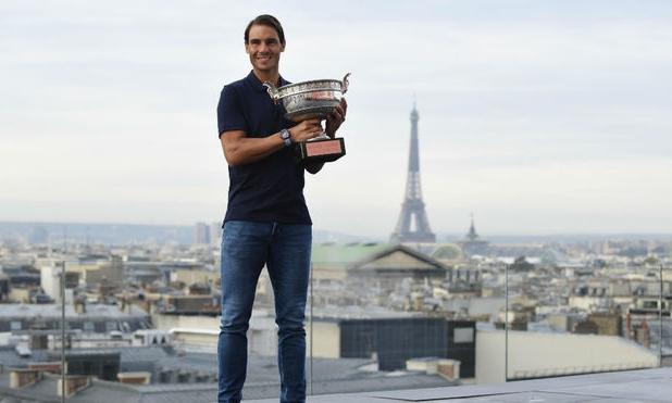 Nadal chụp ảnh kỷ niệm bên cup vô địch Roland Garros 2020, với hậu cảnh quen thuộc là tháp Eiffel. Ảnh: EFE.