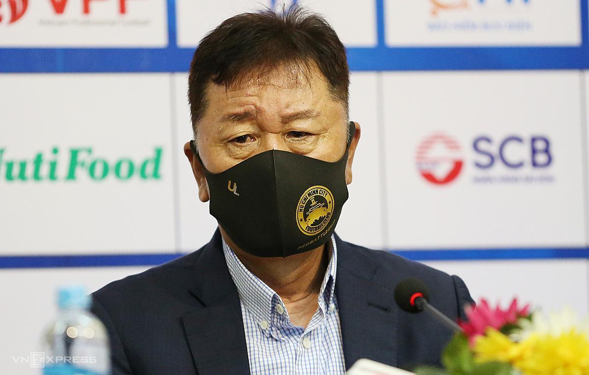 HLV Chung Hae-soung buồn bã trong buổi họp báo sau trận TP HCM thua Viettel 0-1 tối 14/10. Ảnh: Đức Đồng.