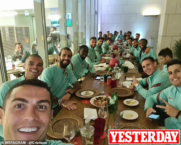 Ronaldo's photo posted on Instagram just a few hours before he learned of the positive news, took a meal with many teammates.