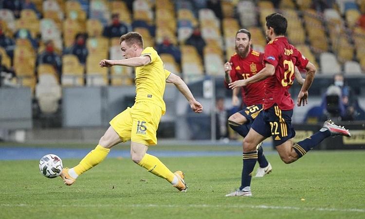 Tsyhankov đánh bại De Gea, ghi bàn duy nhất của trận đấu. Ảnh: Reuters.