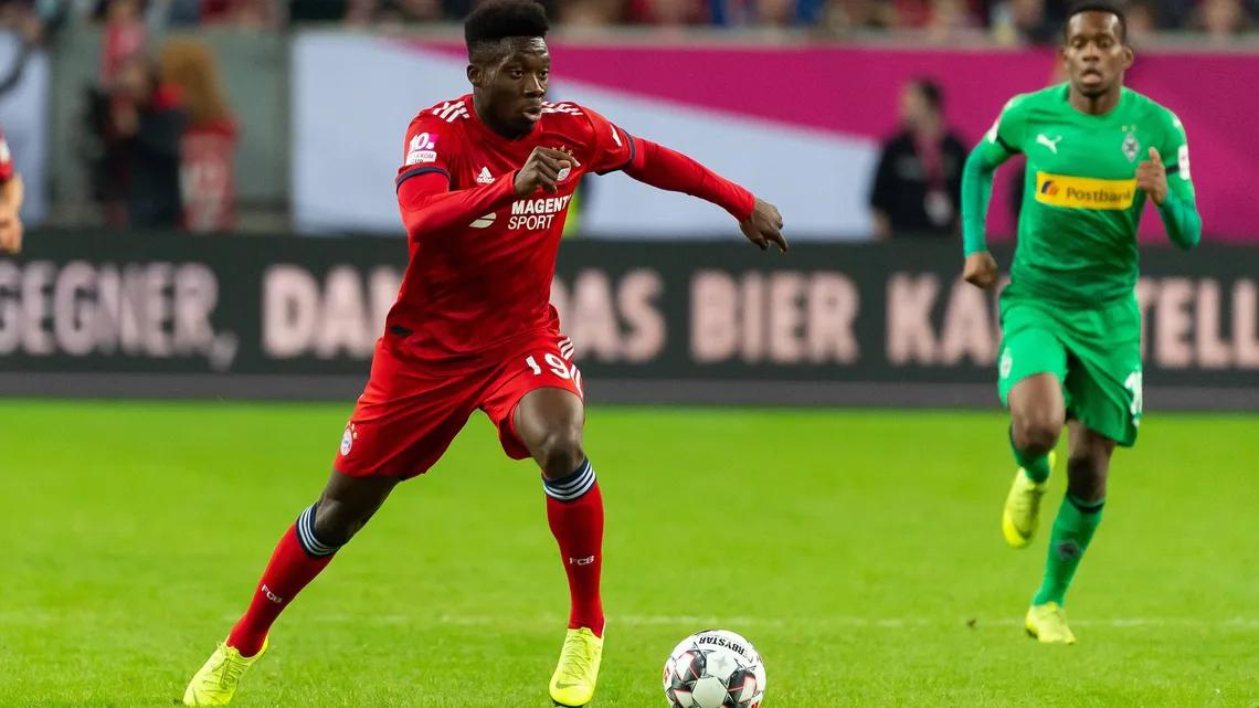 Davies bất ngờ tỏa sáng ở vị trí hậu vệ trái, mang lại nhiều giải pháp chiến thuật lợi hại cho Bayern. Ảnh: imago.