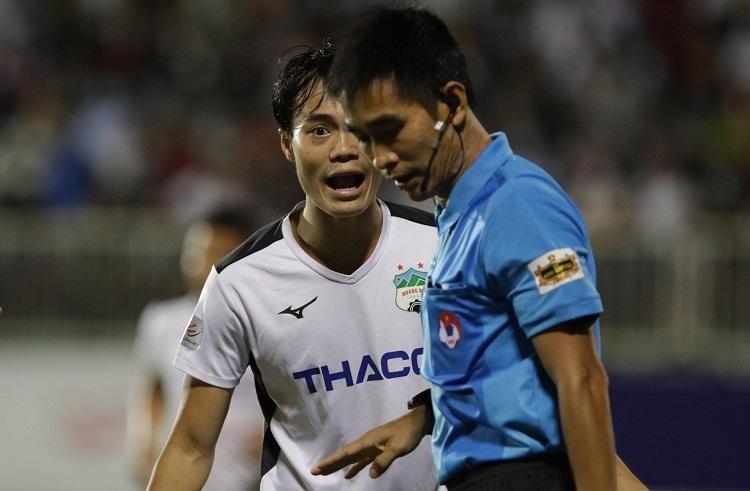 Trọng tài Hoàng Thanh Bình đưa ra những quyết định khiến đội chủ nhà không hài lòng. Ảnh: Anh Khoa.