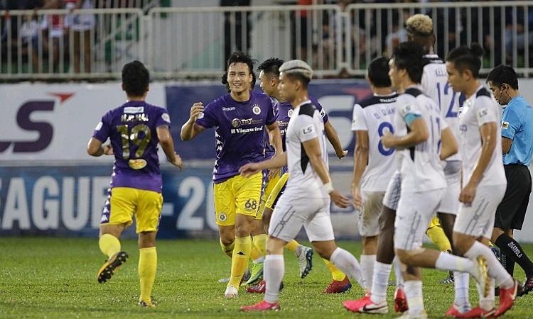 Trung vệ Việt Anh bất ngờ góp hai bàn thắng trong chiến thắng đậm của đội nhà. Ảnh: Anh Khoa.
