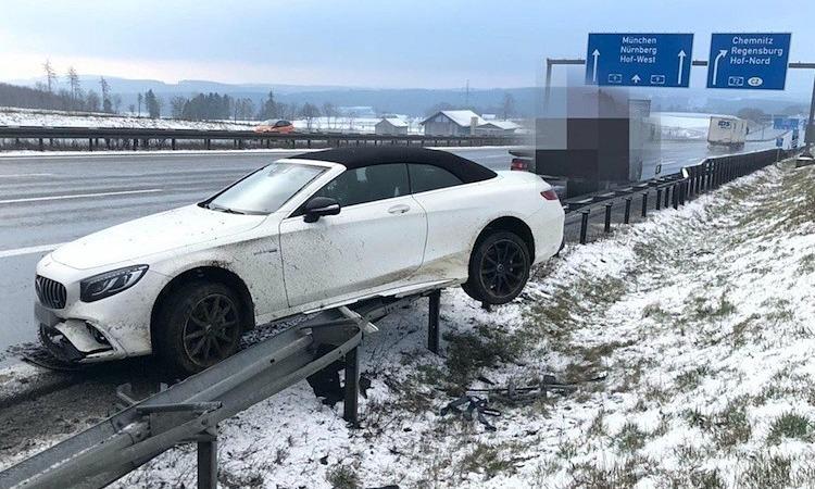 Chiếc Mercedes của Boateng bị hư hại sau khi đâm vào rào chắn cao tốc. Ảnh: @tv_oberfranken.