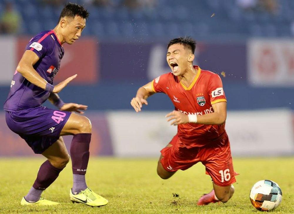 Trung vệ Ahn Byungkeon (trái) chỉ huy hàng phòng ngự không hiệu quả, lần thứ hai ở mùa giải năm nay để Sài Gòn thủng lưới ba bàn trong một trận đấu.