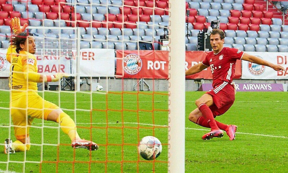 Goretzka đệm bóng vào lưới trong tư thế trống trải. Ảnh: FCB.