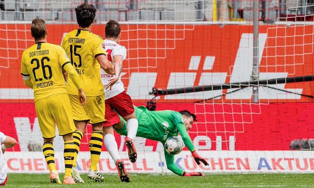 Dusseldorf có không ít cơ hội, nhưng không tận dụng được. Trong ảnh là khoảnh khắc Sobottka bị thủ môn Burki từ chối ở phút 64. Ảnh: BVB.