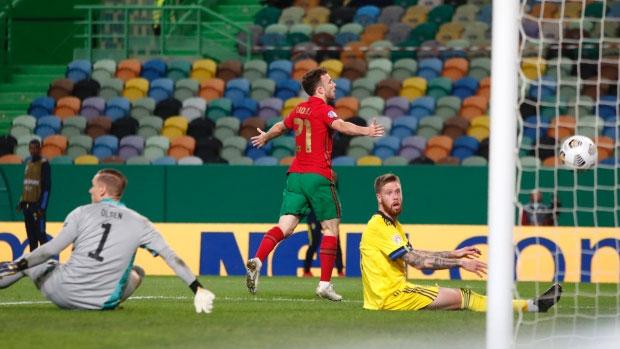 Hàng thủ Thụy Điển không thể ngăn Jota ghi bàn.