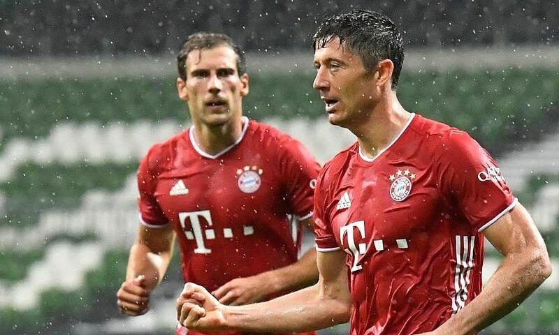 Lewandowski (phải) giúp Bayern đăng quang sớm. Ảnh: Reuters.