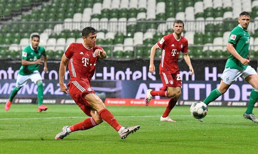 Lewandowski ghi bàn thứ 31 sau 29 trận mùa này. Ảnh: Reuters.