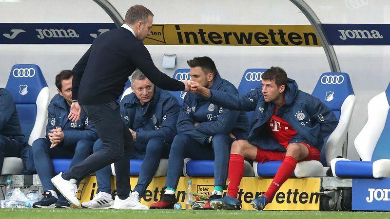 Muller (phải) có mối quan hệ tốt với HLV Flick. Ảnh: Br24.