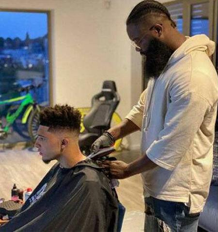 Sancho cắt tóc ở nhà riêng. Ảnh: Twitter.