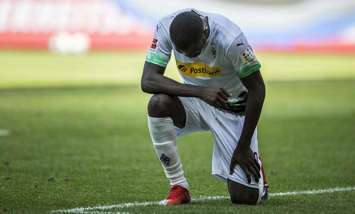 Marcus Thuram quỳ gối sau khi ghi bàn. Ảnh: Reuters.