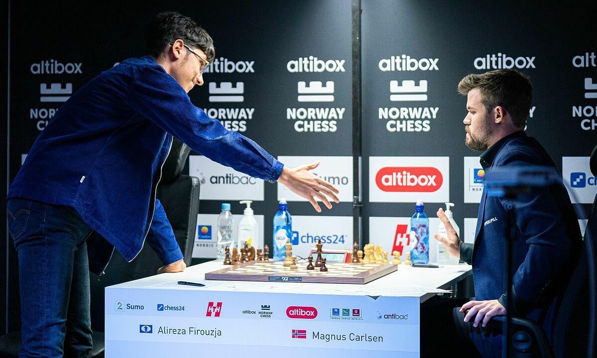 Firouzja (trái) mắc sai lầm cơ bản khi chỉ còn hai giây. Carlsen nói rằng anh thấy đối thủ run rẩy trong nước cờ quyết định. Ảnh: Lennart Ootes