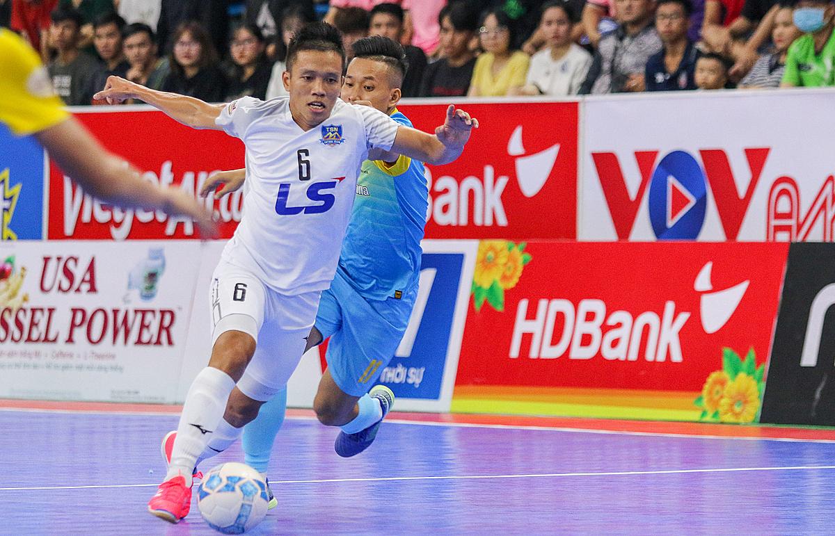 Thái Sơn Nam (áo trắng) quá vượt trội so với các cầu thủ trẻ Khánh Hoà.