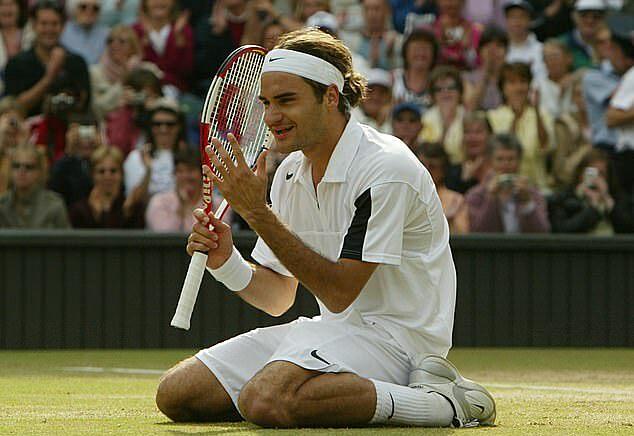 Niềm vui của Federer khi bảo vệ thành công danh hiệu Wimbledon 2004, trước Andy Roddick. Ảnh: EPA.
