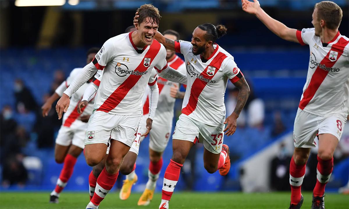Jannik Vestergaard (trái) chia vui với các đồng đội Southampton sau bàn gỡ hoà 3-3 ở phút bù giờ trên sân Stamford Bridge, giúp Southampton giật lại một điểm từ tay Chelsea. Ảnh: EPA
