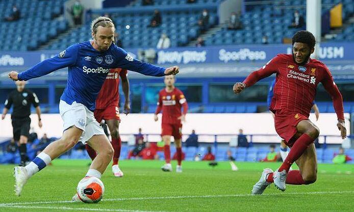 Everton (áo xanh) hòa Liverpool trong trận đấu đầu tiên của hai đội sau khi giãn cách, tháng 6/2020. Ảnh: Reuters