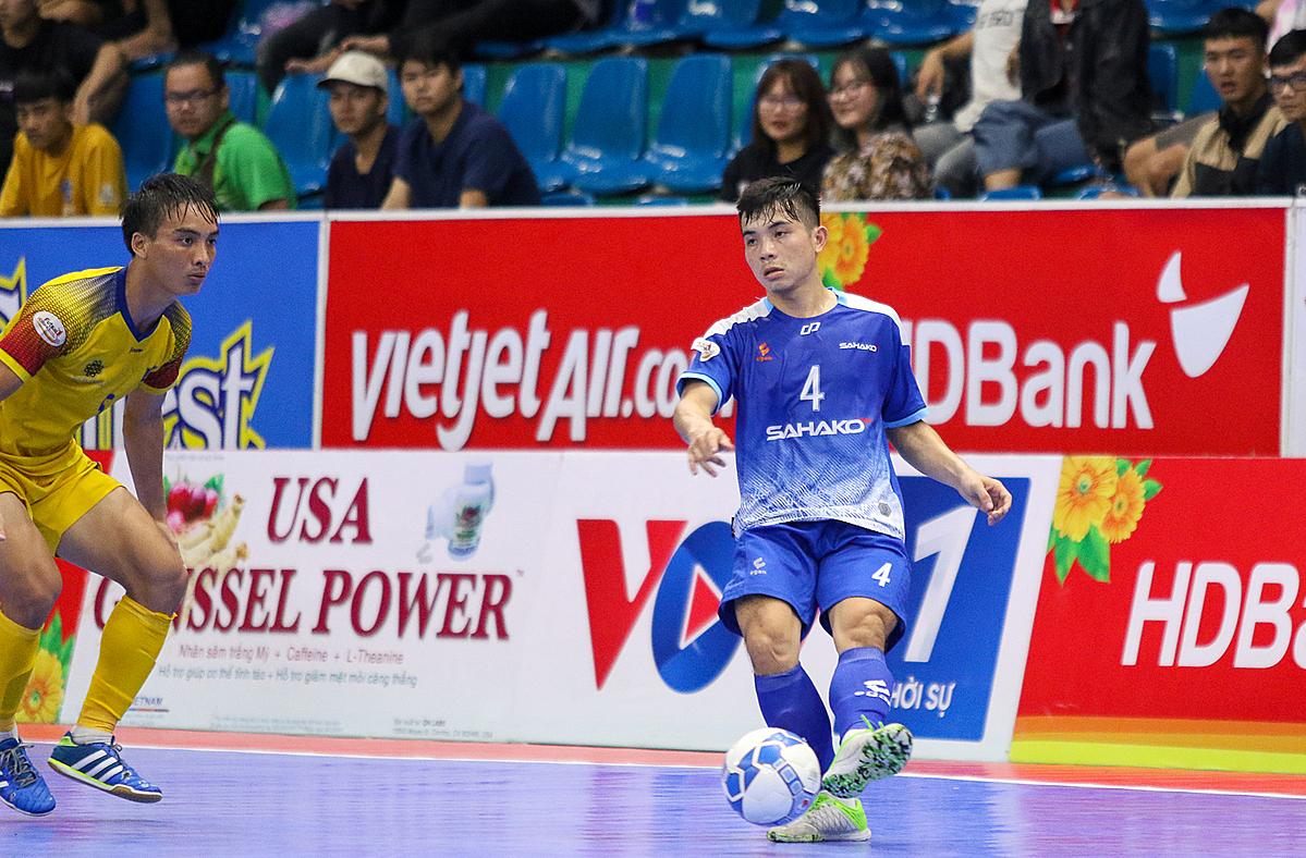 Sahako (phải) tiếp tục giữ hạng nhì sau khi vượt qua Quảng Nam.