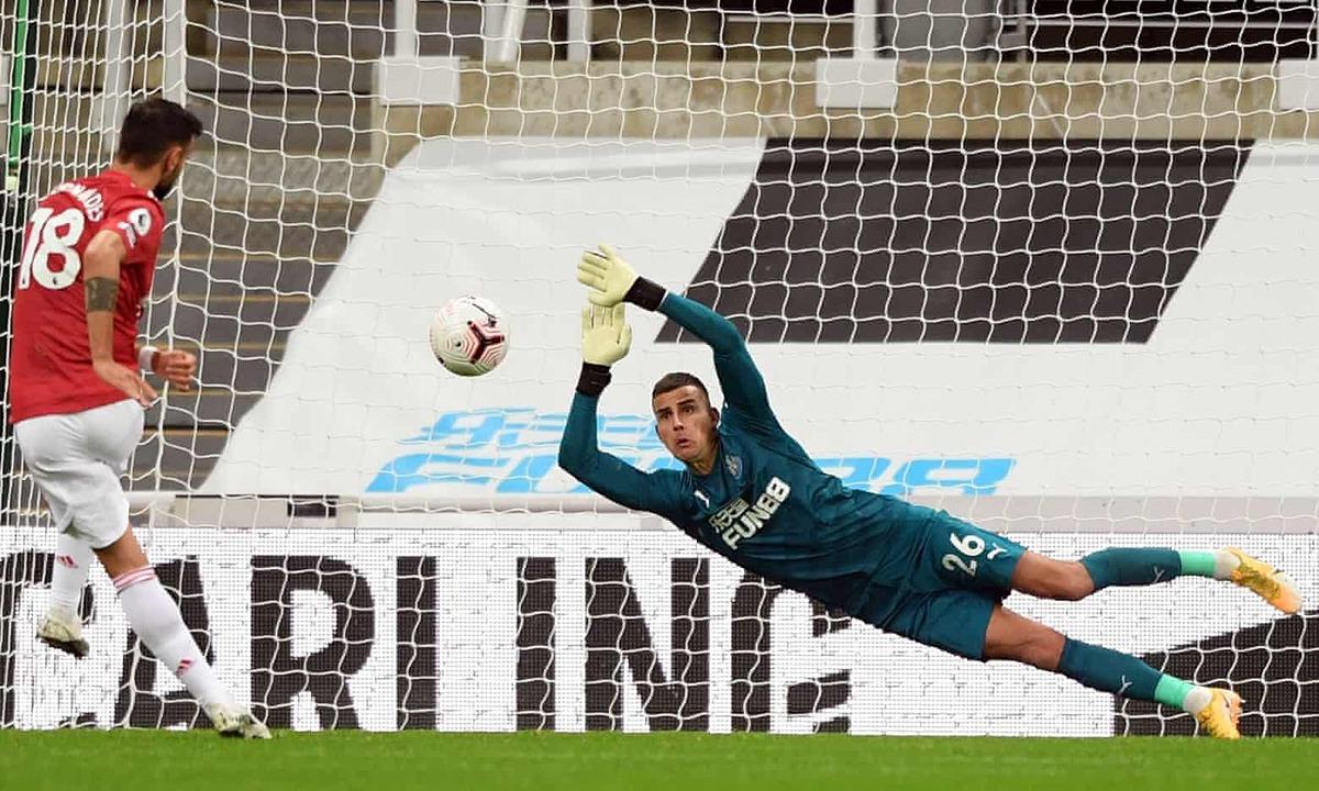 Bruno Fernandes sút hỏng phạt đền đầu hiệp hai. Ảnh: AFP.