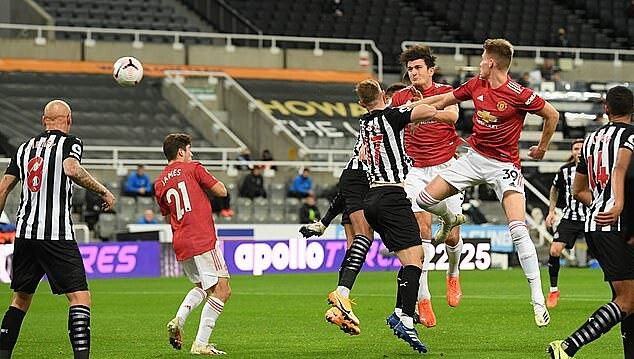 Tình huống đánh đầu gỡ hòa 1-1 của Maguire giữa hiệp 1. Ảnh: Reuters.