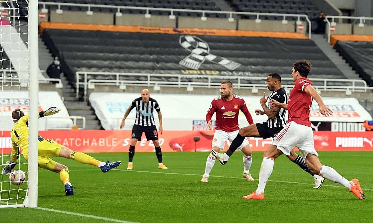 De Gea (trái) phản xạ xuất thần cứu Man Utd khỏi bàn thua sau giờ nghỉ. Ảnh: AFP.