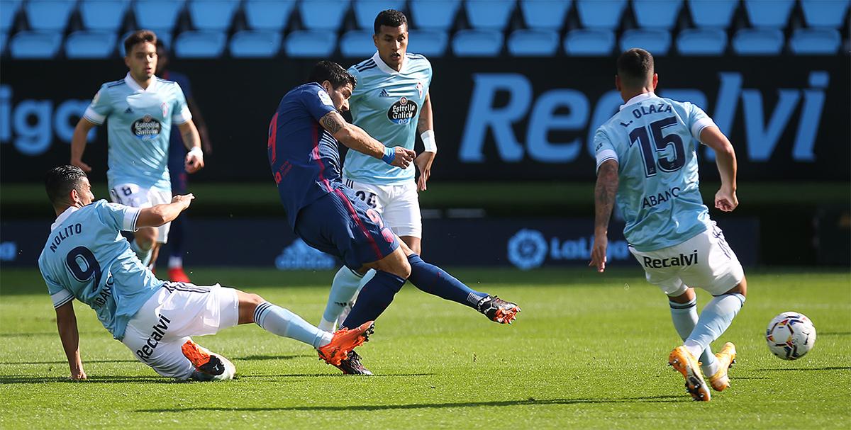 Suarez trong tình huống dứt điểm mở tỷ số. Với 150 bàn, anh đang đứng thứ ba trong danh sách các tay săn bàn tốt nhất còn thi đấu ở La Liga, chỉ sau Messi (445 bàn) và Benzema (170 bàn). Ảnh: ATM