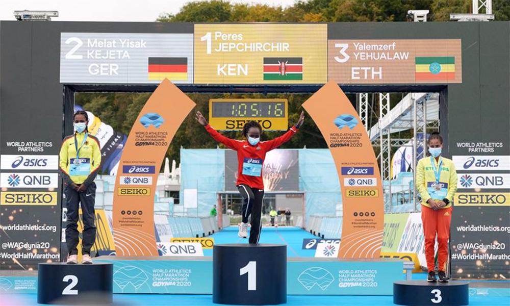 Ba VĐV nữ lên bục nhận giải tại Gdynia, Ba Lan hôm 17/10. Ảnh: Reuters