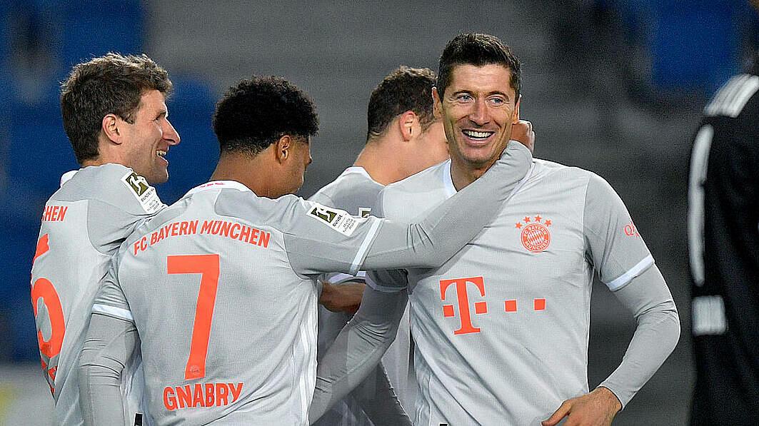 Lewandowski (phải) dẫn đầu danh sách ghi bàn Bundesliga. Ảnh: Archy.