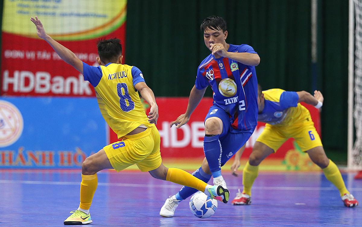 Kardiachain Sài Gòn (áo xanh) giành lại một điểm sau khi bị dẫn ba bàn.