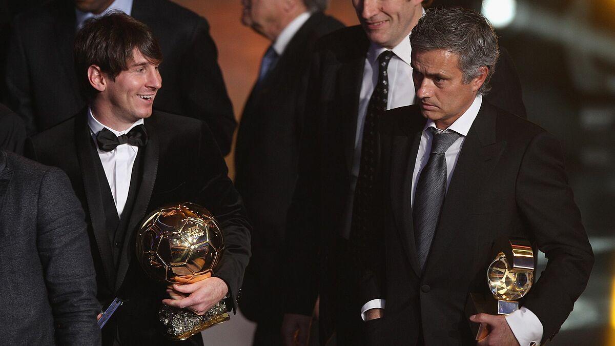 Messi (trái) và Mourinho trong lễ trao giải Quả Bóng Vàng năm 2010. Ảnh: Sky Sports.