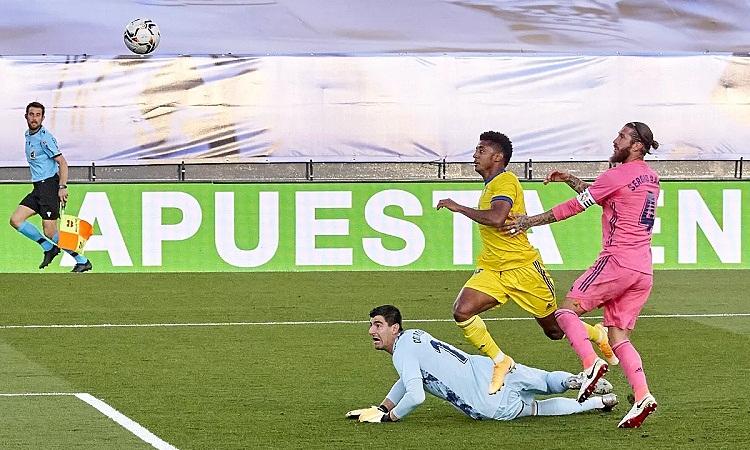 Trận thua đầu tiên của mùa giải có thể khiến Real mất ngôi đầu bảng. Ảnh: EFE.
