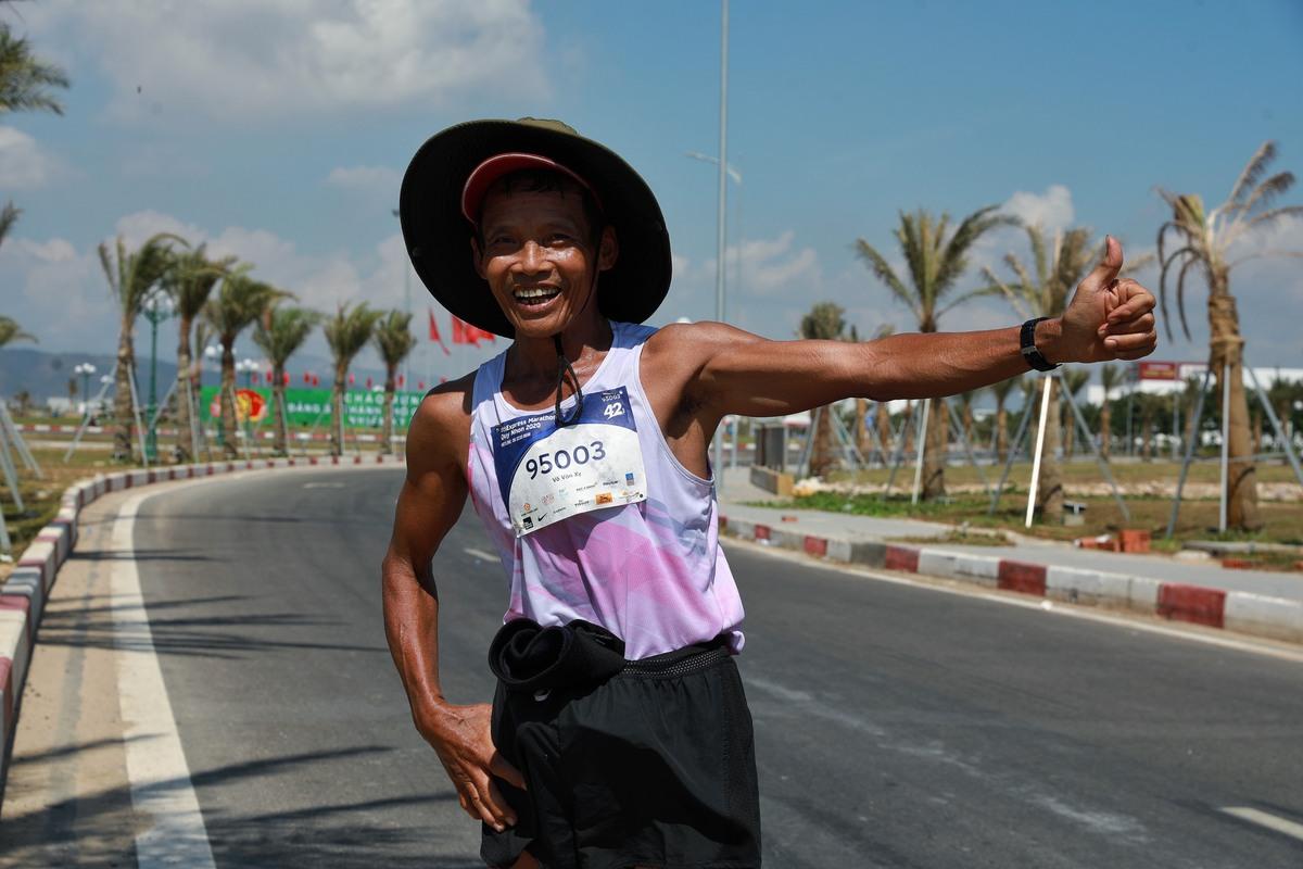 Chạy bộ là môn thể thao không phân biệt lứa tuổi. Tại VnExpress Marathon Quy Nhơn, runner U70 Võ Văn Xy hoàn thành cự ly 42 km với thời gian 6 tiếng rưỡi. Ảnh: Hữu Khoa.