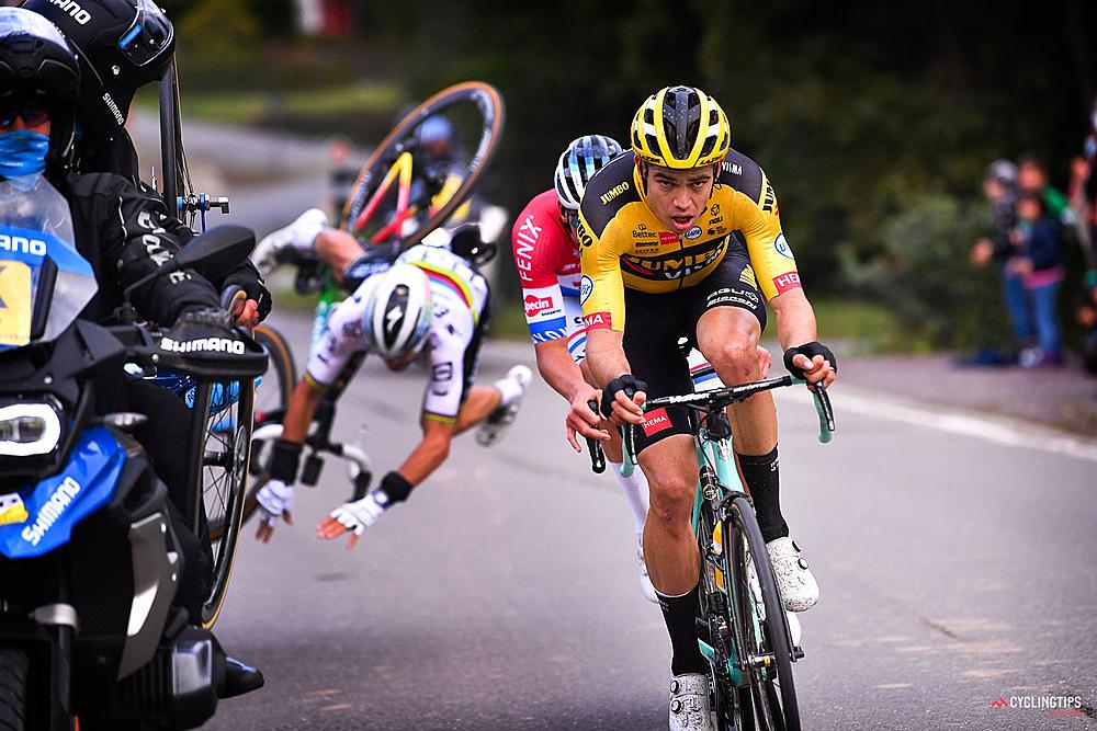 Tai nạn khiến Alaphilippe (trắng) ngã nhào. Ảnh: Cycling Tips.