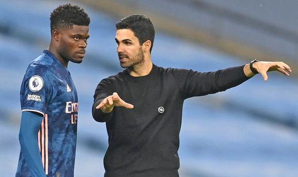 Arteta chỉ dẫn tân binh Arsenal, Thomas Partey trong trận gặp Man City. Ảnh: AFP.