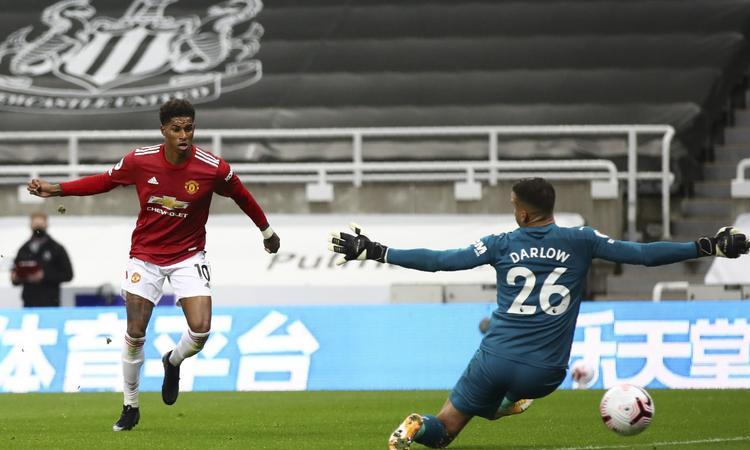 Rashford ấn định thắng lợi 4-1 cho Man Utd ở phút 90+6, trên sân St James Park hôm 17/10. Ảnh: AP