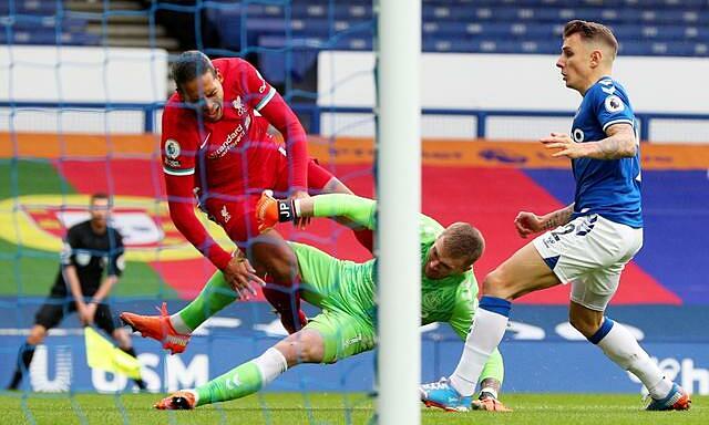 Van Dijk (áo đỏ) bị thủ môn Pickford triệt hạ ở phút thứ sáu trận derby Merseyside hôm 17/10. Ảnh: Reuters