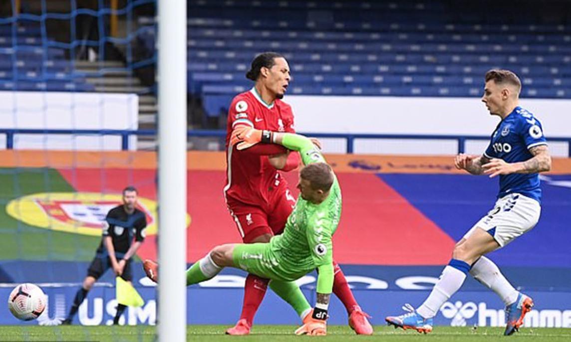 Thủ môn Pickford có hành động vào bóng nguy hiểm với Van Dijk, khiến trung vệ Liverpool đứt dây chằng chéo trước. Ảnh: Reuters.