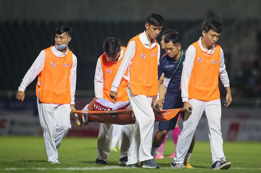 Seo Yong-duk rời sân Thống Nhất sau khi bị chấn thương tối qua 19/10.