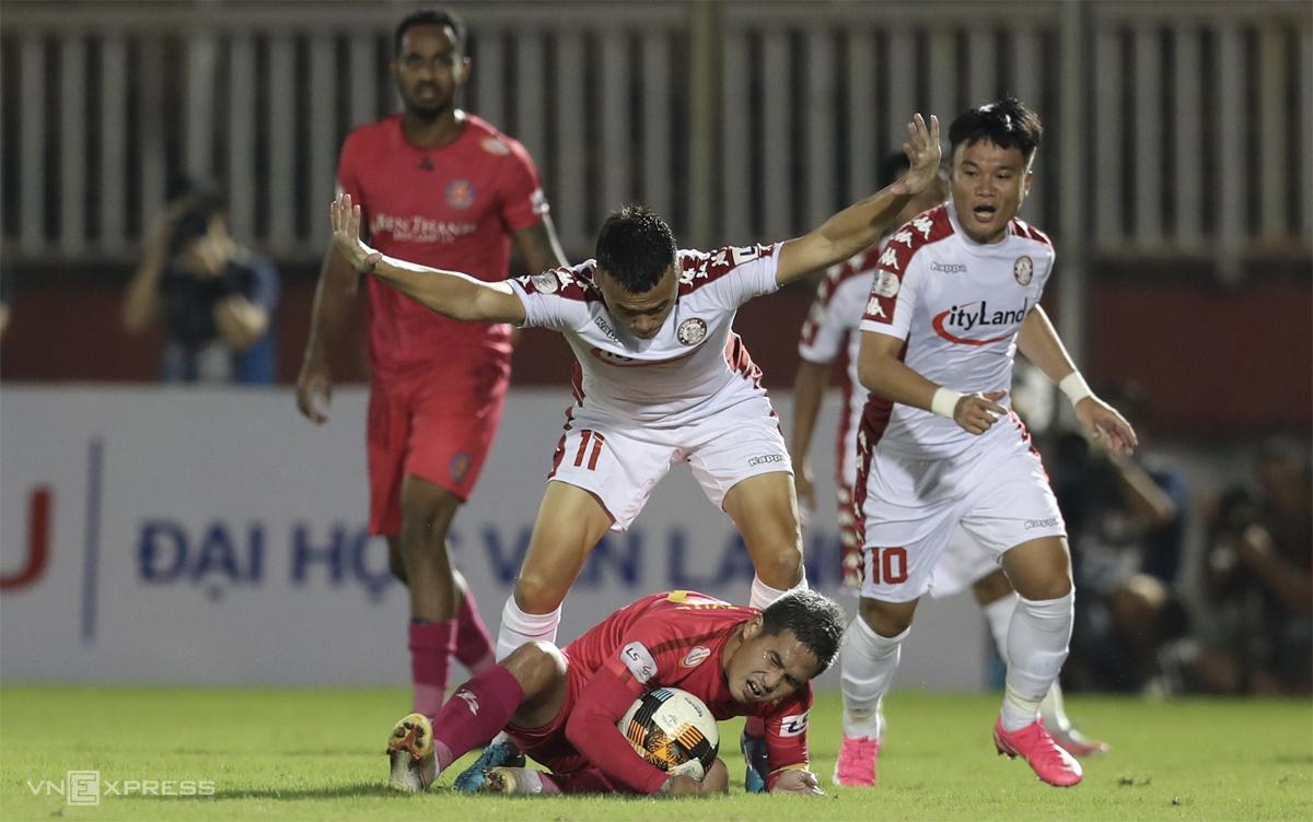 Trận derby hòa TP HCM hôm 19/10 khiến Sài Gòn FC (áo hồng) càng tuột xa khỏi đường đua vô địch. Ảnh: Đức Đồng