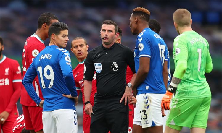 Oliver hứng chịu chỉ trích sau khi cầm còi trận derby Merseyside. Ảnh: Reuters.